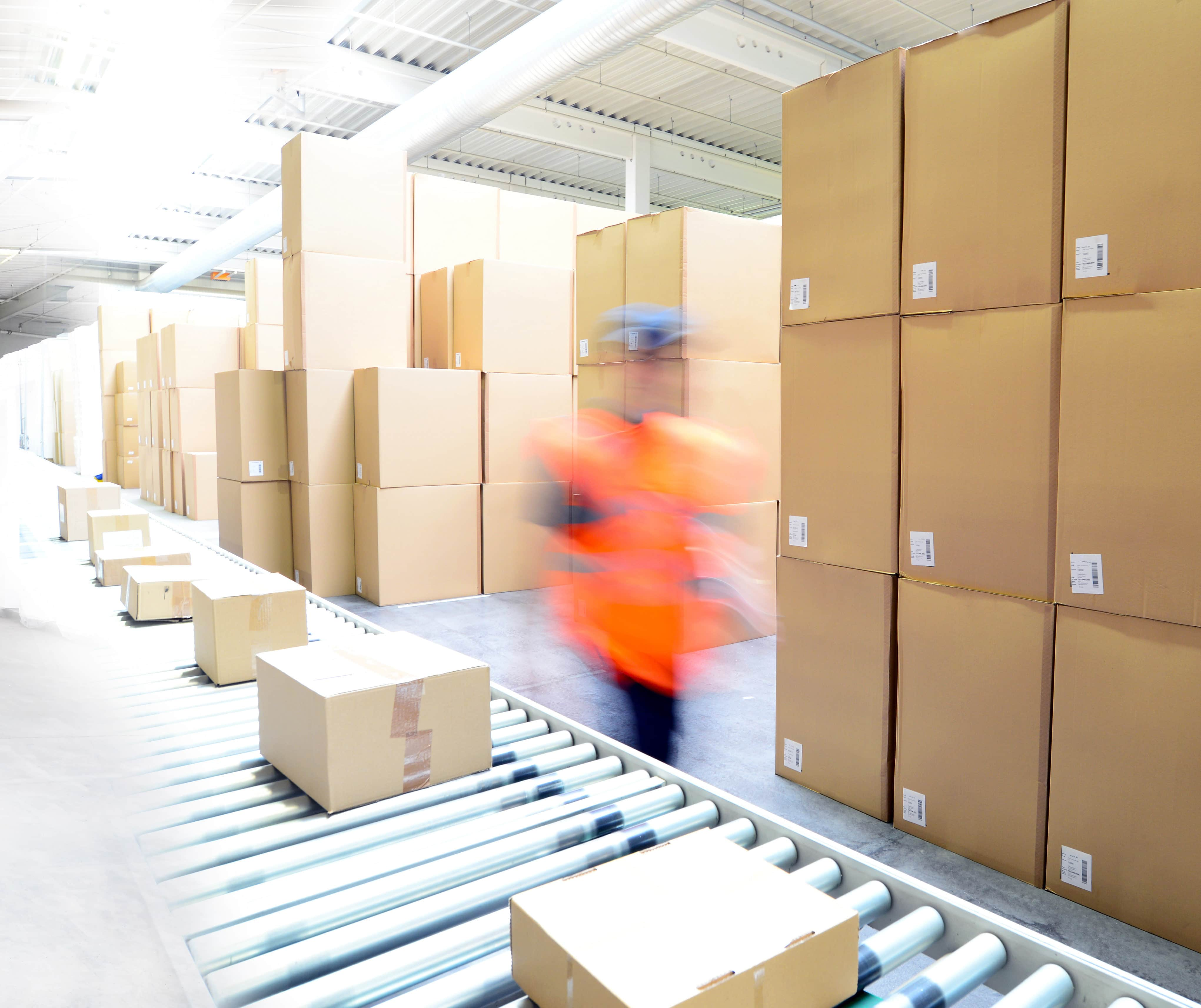 Versand und Logistik im Warenlager einer Spedition - Lieferung von Paketen im Onlinehandel // transport and logistics in a warehouse